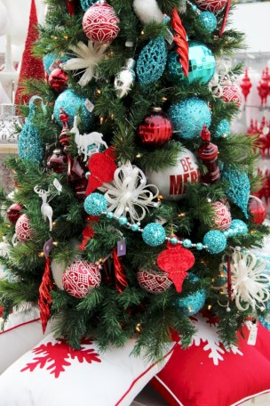 Beautiful christmas decoration ideas in red domination 09