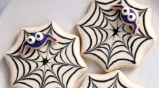 Creative diy halloween decorations using spider web 06