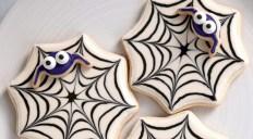 Creative diy halloween decorations using spider web 06