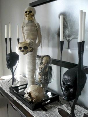 Elegant halloween living room decoration ideas 32