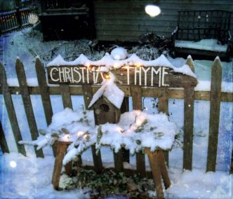 Ideas how to make comfortable rustic outdoor christmas décoration 30