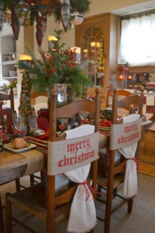 Inspiring farmhouse christmas table centerpieces ideas 13