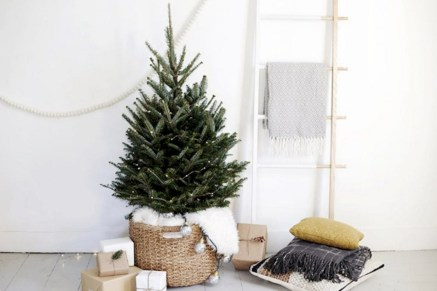 Totally inspiring small christmas tree decoration ideas for space saving 14