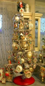 Beautiful and charming tabletop christmas trees decoration ideas 05