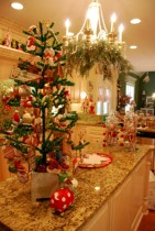 Beautiful and charming tabletop christmas trees decoration ideas 09