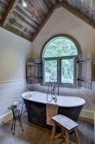 Simple and cozy farmhouse wooden bathroom inspirations ideas 22