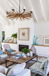 Gorgeous coastal living room decor ideas (35)