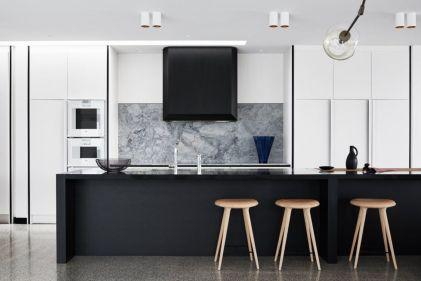 Stylish luxury black kitchen design ideas (27)