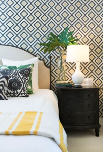Totally inspiring black and white geometric wallpaper ideas for bedroom (39)