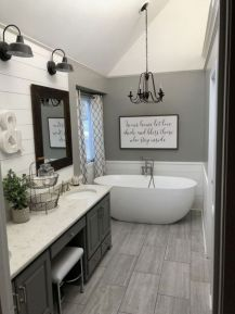 Gorgeous farmhouse master bathroom decorating ideas (13)