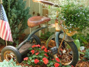 Brilliant garden junk repurposed ideas to create artistic landscaping 43