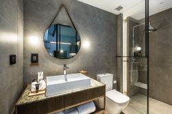 Lovely hotel bathroom design ideas that can be applied to your home 04