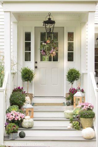 Fancy farmhouse fall porch decor and design ideas 12