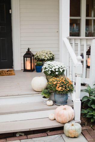 Fancy farmhouse fall porch decor and design ideas 13