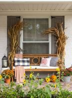 Fancy farmhouse fall porch decor and design ideas 27