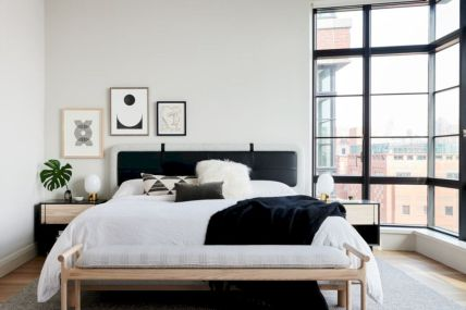 Unique white minimalist master bedroom design ideas 36