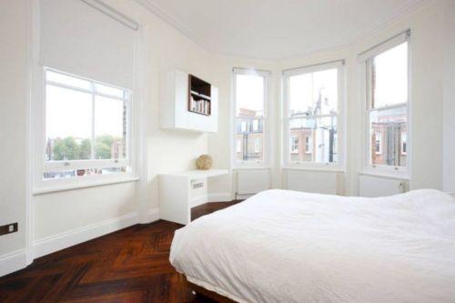Unique white minimalist master bedroom design ideas 39