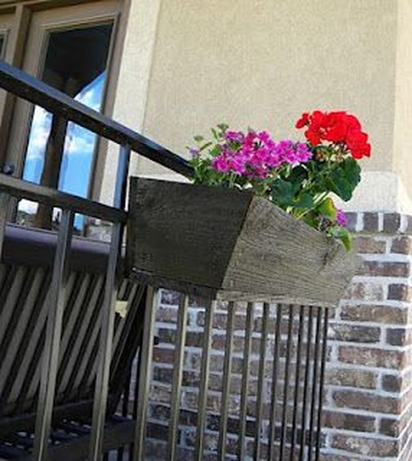 Attractive window box planter ideas to beautify up your home 21