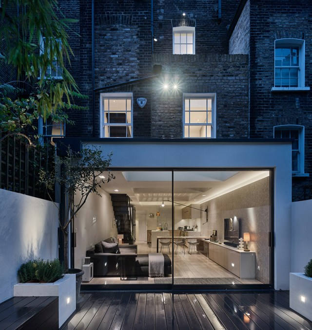 A-house-with-circular-glass-flooring-which-brings-light-and-transparency-8