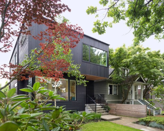 An-alluring-contemporary-house-with-a-black-facade-2