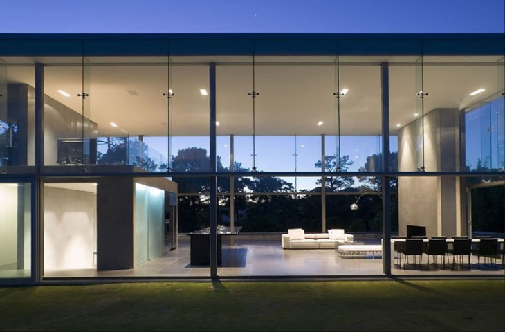 This-house-with-two-storey-glass-volume-that-could-maximize-the-views-around-1