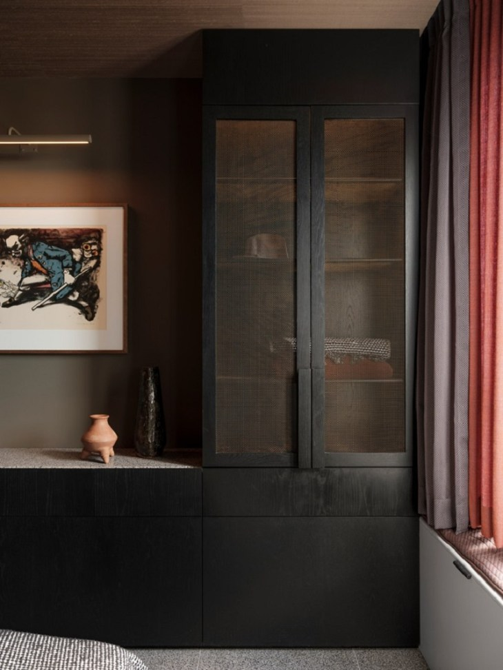 This-sophisticated-apartment-done-in-black-hues-but-truly-versatile-7