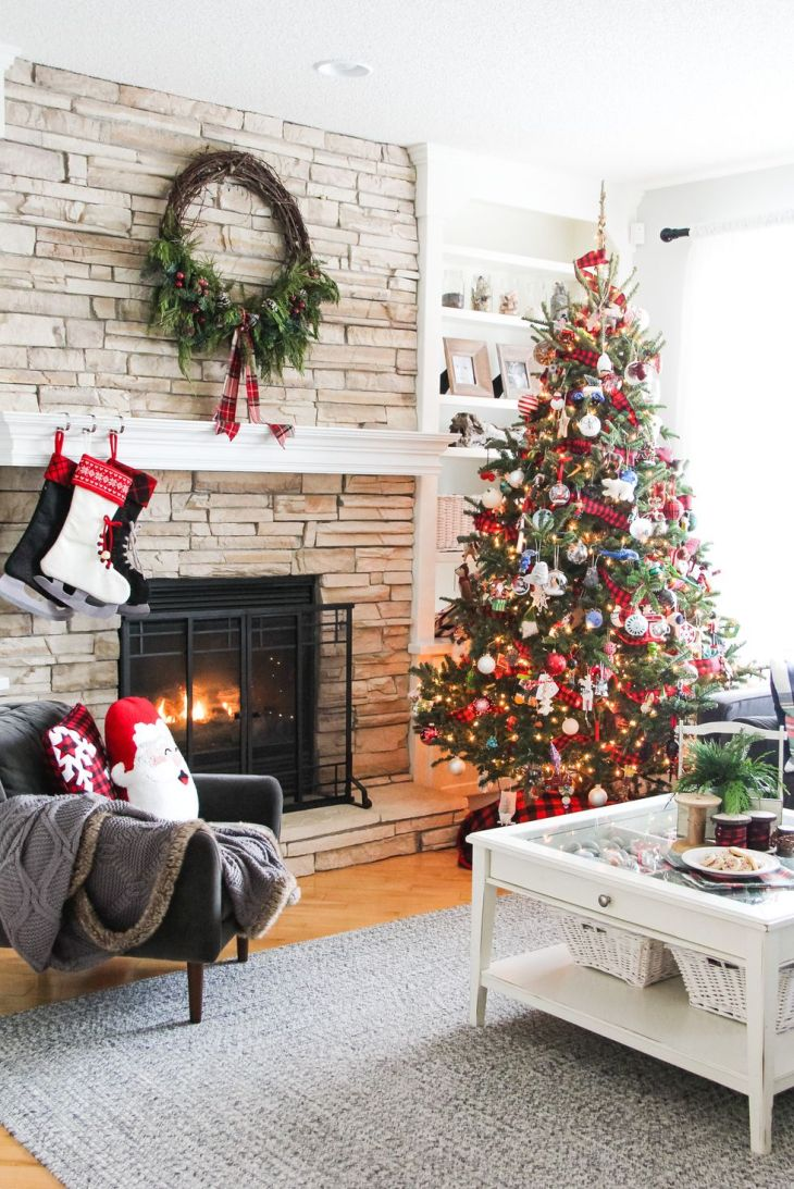 Classic christmas living room Sophisticated Christmas Living Room Decoration Ideas To Invite More Holiday Spirit