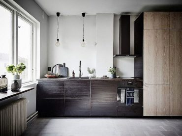 Goregous-scandinavian-style-kitchen-in-the-corner-of-the-tiny-stockholm-apartment-768x575