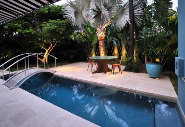 Dramatic-lighting-in-a-tropical-backyard