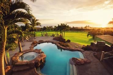 Rock-swimming-pool-spa-overlooking-ocean