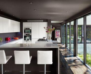 Modern-kitchen-featuring-floor-to-ceiling-windows