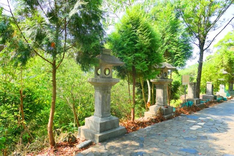 被綠樹與自然包圍的石燈籠 | 竹山神社遺跡 | 竹山 | 南投 | 臺灣 | 巡日旅行攝
