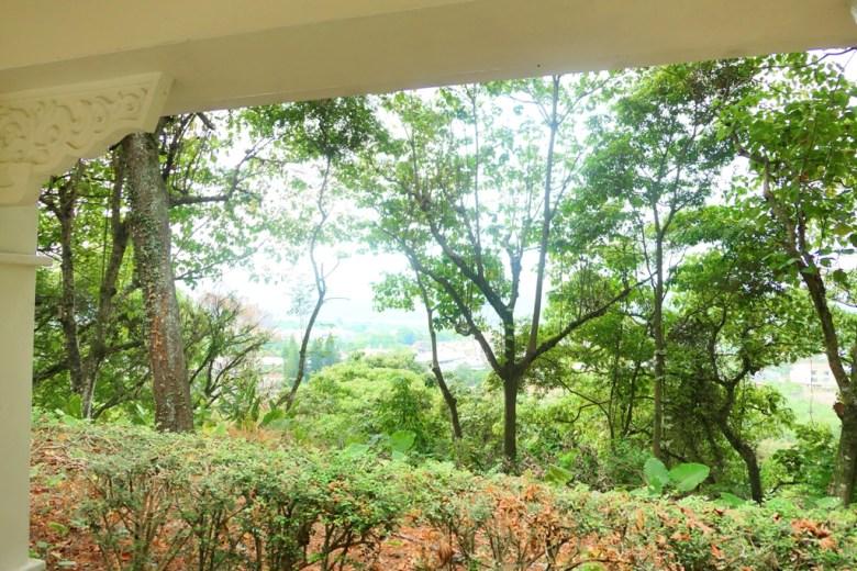 白色迴廊內遠眺景緻 | 竹山鎮之美 | Takeyama Shrine | Zhushan | Nantou | RoundtripJp