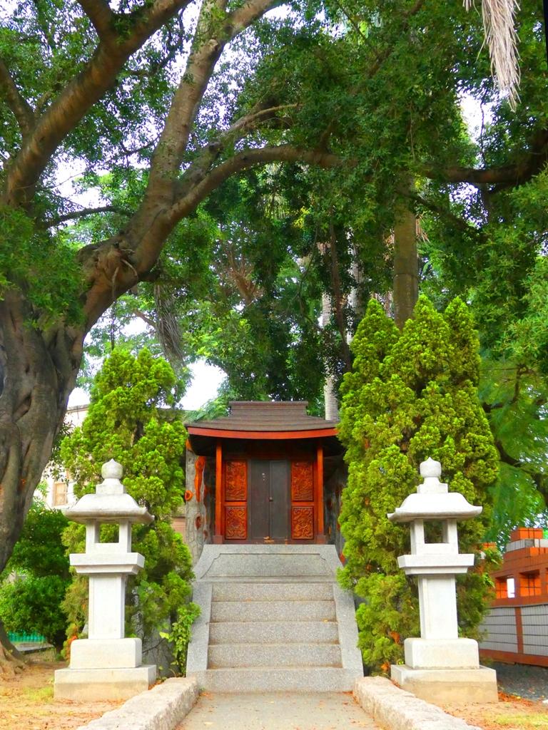 巨大榕樹下與迷你神社成強烈對比 | 石燈籠 | えんすいじんじゃ | 台南市 | Tainan | RoundtripJp