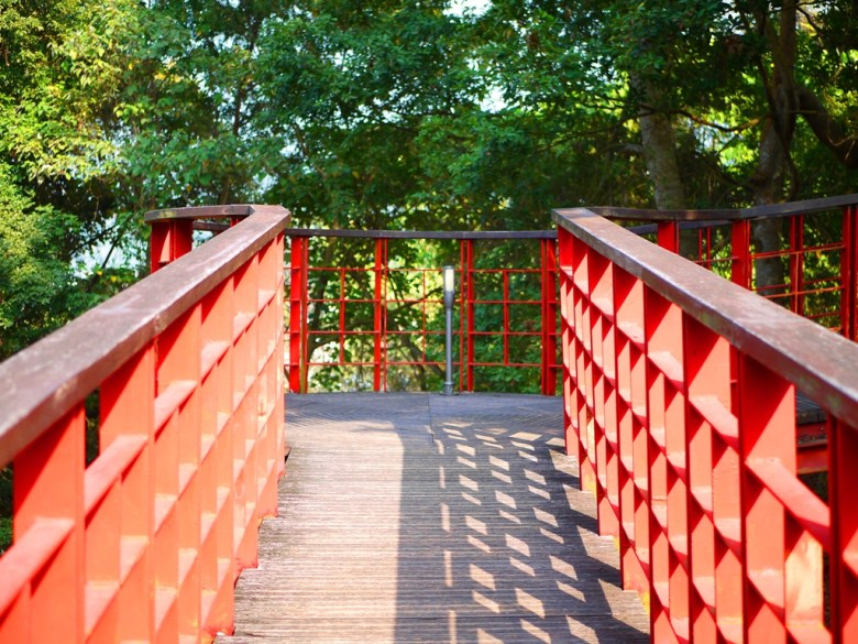 被綠色自然環境環繞的紅色天空廊道 | メイシャンこうえん | 梅山公園 | 梅山 | 嘉義 | RoundtripJp