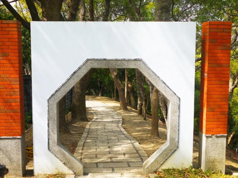 古樸的臺灣傳統建築 | 古色古香的石道 | 綠樹林立 | Hushanyan | Huatan | Changhua | RoundtripJp