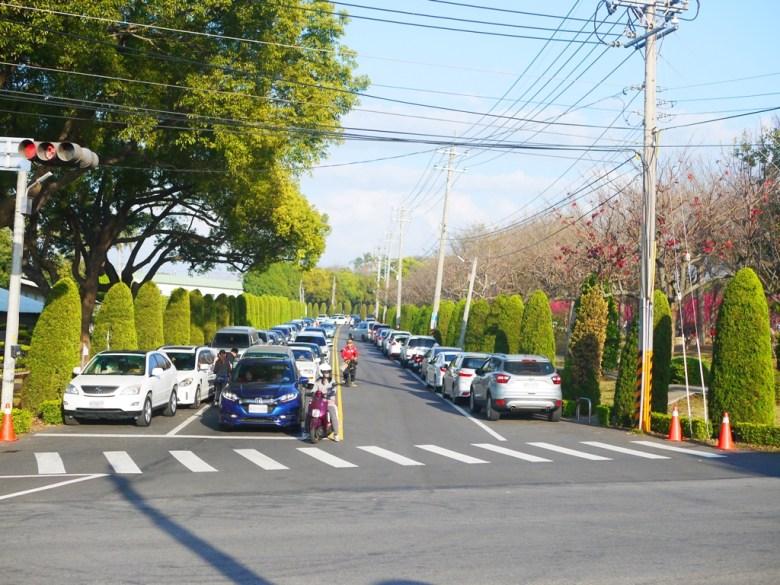 前方為九甲路 | 橫向為三豐路四段 | 右前方為櫻花公園 | 滿滿車潮與人潮 | 停車、會車不易 | 一抹和風 | 巡日旅行攝