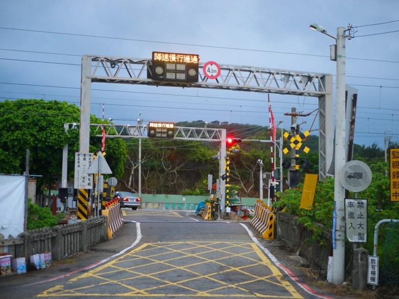 往前為台1線方向 | 往後為新埔車站小路 | 平交道 | 新埔 | 苗栗 | シンプー | ミアオリー | 巡日旅行攝