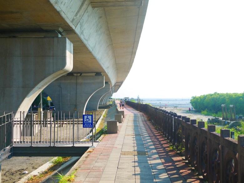 全台最美濱海公路台61線下步道   畫面左邊為普天宮   畫面右邊為芳苑潮間帶   Fangyuan   Changhua   一抹和風   巡日旅行攝   RoundtripJp