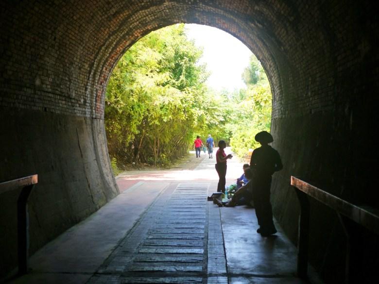 1號舊隧道往林蔭步道望去   隧道出入口   紅磚打造的馬蹄鐵形狀火車隧道   歷史痕跡   ホウロン   こうりゅう   ミアオリー   Wafu Taiwan   巡日旅行攝   RoundtripJp