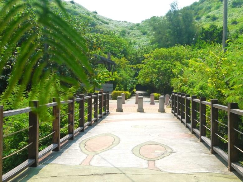 1號舊隧道出口連接2號舊隧道入口   畫面左邊有洗手間可供使用   畫面右邊為分支步道   ホウロン   こうりゅう   ミアオリー   Wafu Taiwan   巡日旅行攝   RoundtripJp