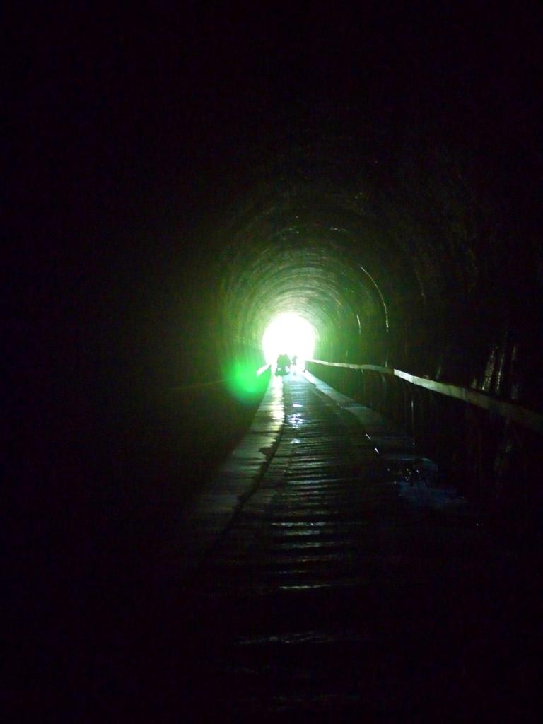 隧道口的一抹曙光   感覺像是迎接希望的出口   隧道內部分路段十分濕滑   ホウロン   こうりゅう   ミアオリー   Wafu Taiwan   巡日旅行攝   RoundtripJp
