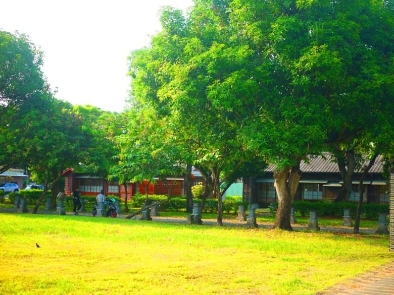 偌大的草皮 | 遠眺日式宿舍 | 被綠樹大自然包圍的和風景緻 | みんゆう | かぎし | Wafu Taiwan | 巡日旅行攝 | RoundtripJp