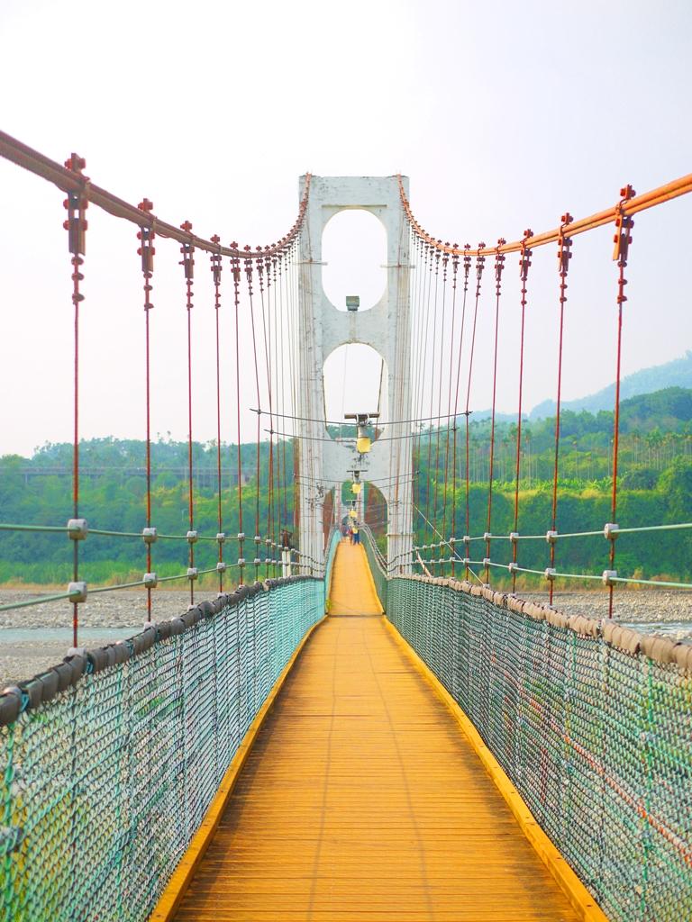 純白美麗的橋墩 | 紅色鋼纜 | 木質地板 | 休閒踏青 | 台灣旅人 | Caotun | Nantou | Wafu Taiwan | 巡日旅行攝 | RoundtripJp