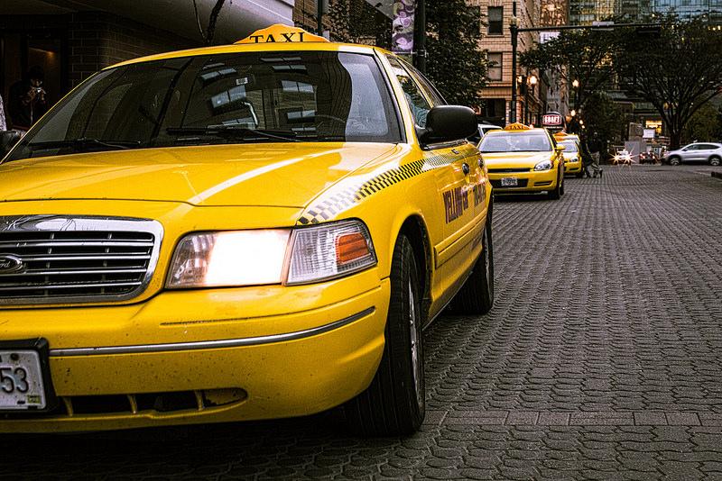 労災でタクシーの移送費は出るの