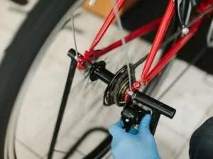 rower w trakcie serwisu