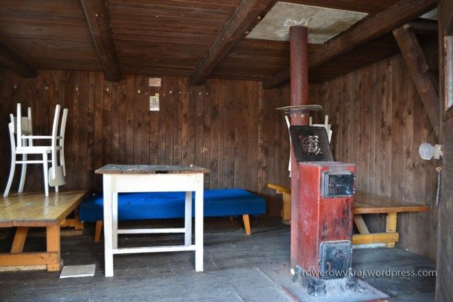 Apartamenty - salon z kominkiem