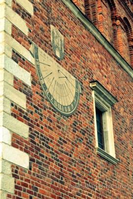 południowa ściana Ratusza z zegarem słonecznym