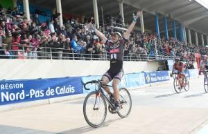 John Degenkolb świętuje triumf w Paryż-Roubaix na welodromie w Roubaix