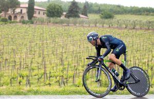 Alejandro Valverde pomyka na rowerze czasowym w Giro d'Italia